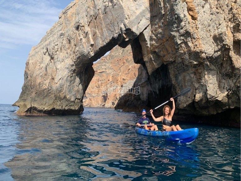 Remando entre cuevas con el kayak