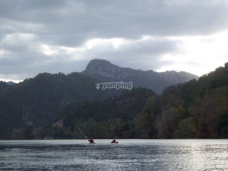 渡河在乘坐独木舟赛格威