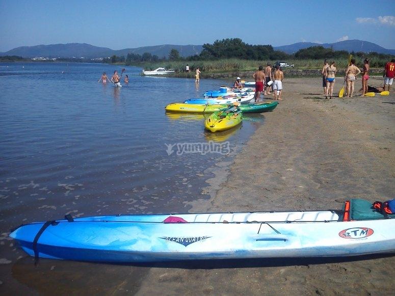 Canoe sulla spiaggia