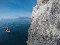 Remando en la piragua hacia los acantilados alicantinos