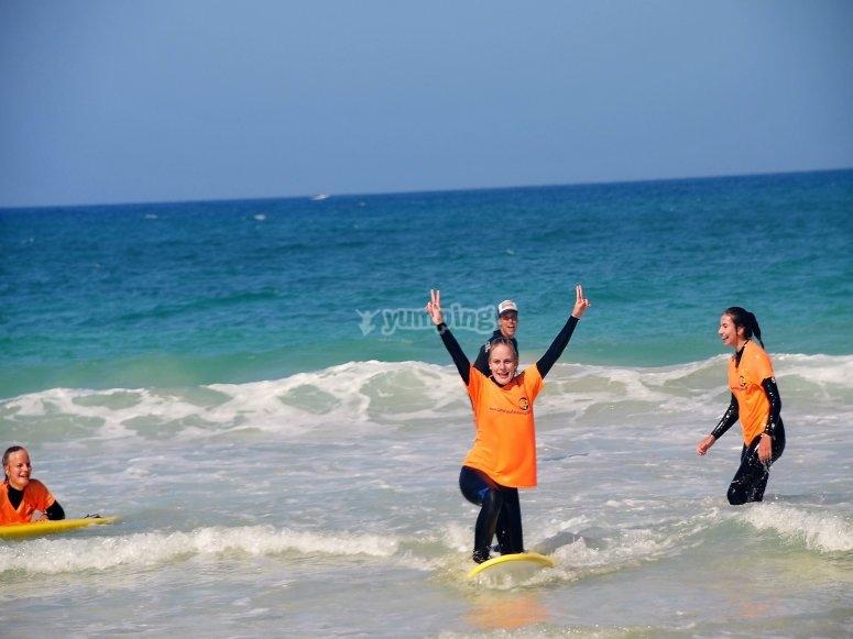 Practicando surf en Fuerteventura