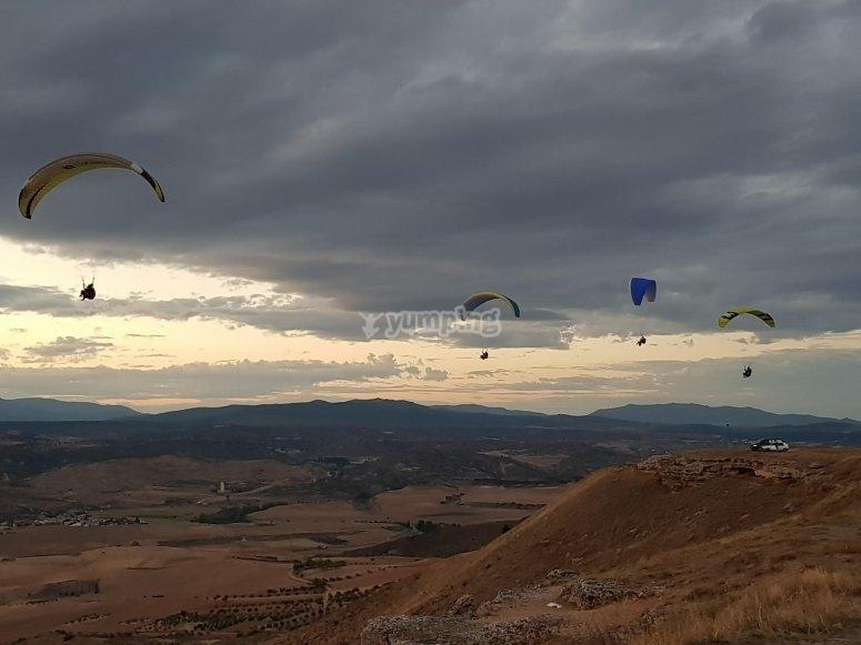 阴天的滑翔伞
