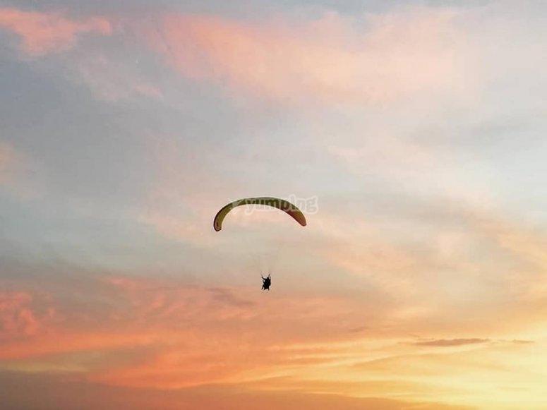 首次滑翔伞滑翔飞行