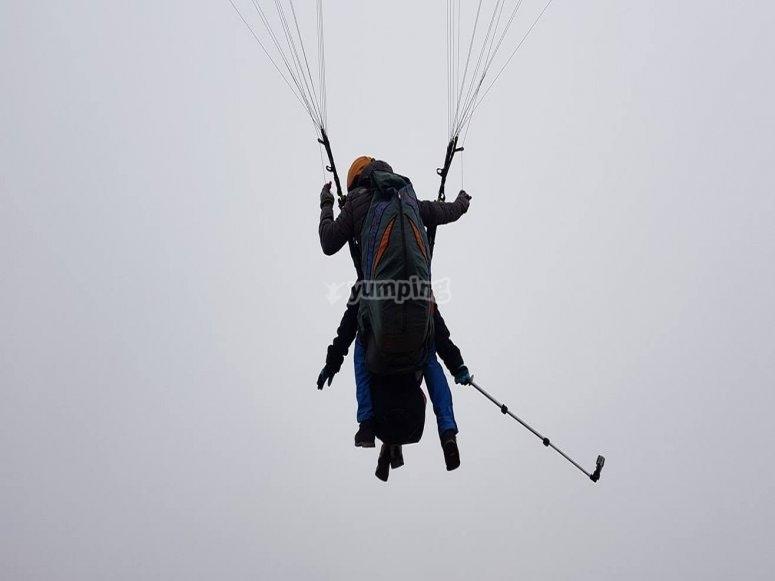 滑翔伞专家旁边