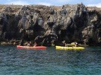 Kayaks junto al acantilado