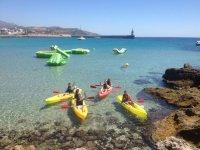 Kayaks con aguas transparentes