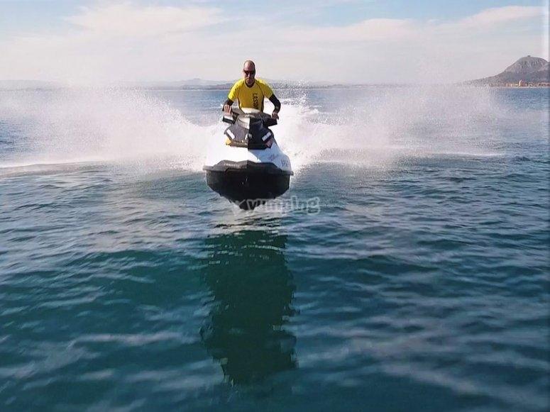 Acelerando en moto de agua