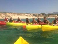Grupo de amigos en canoas