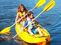 Giovani che remano nel kayak