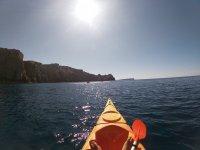 Sotto il sole nel kayak
