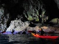 Nella grotta con il kayak
