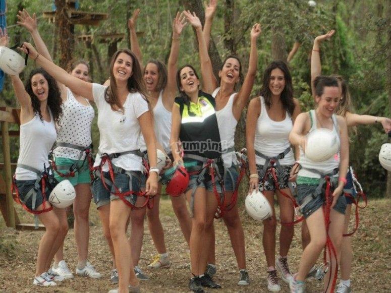 Grupo de chicas en el parque arbóreo