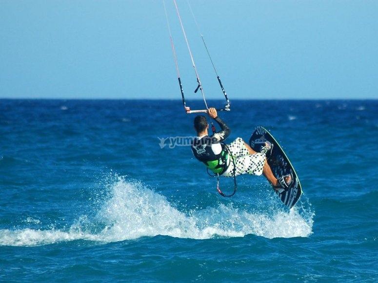 学习如何在伊比沙岛做风筝冲浪