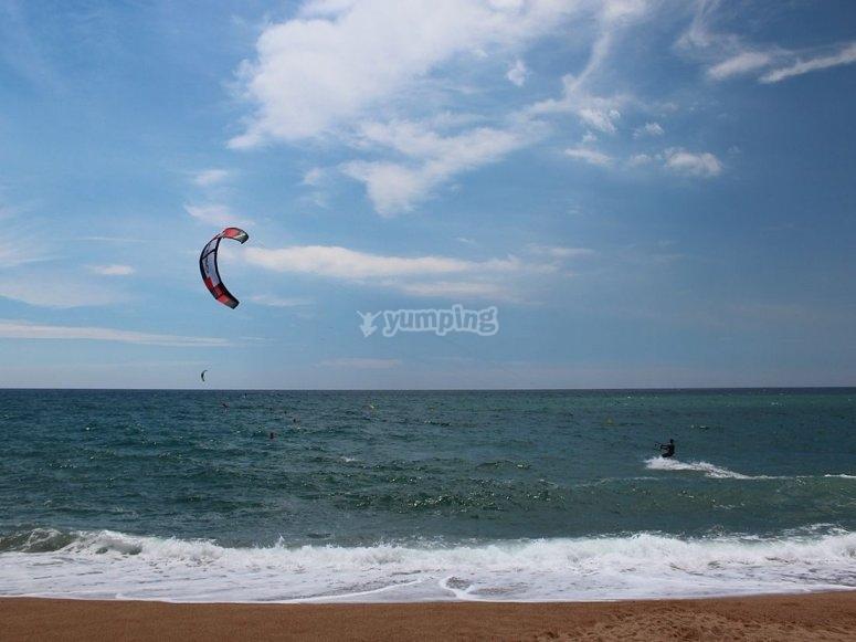 孩子们在伊比沙岛做风筝冲浪