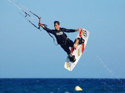 伊比沙岛的风筝冲浪课程5个小时