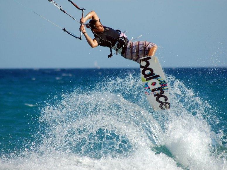 在伊比沙岛进行风筝冲浪
