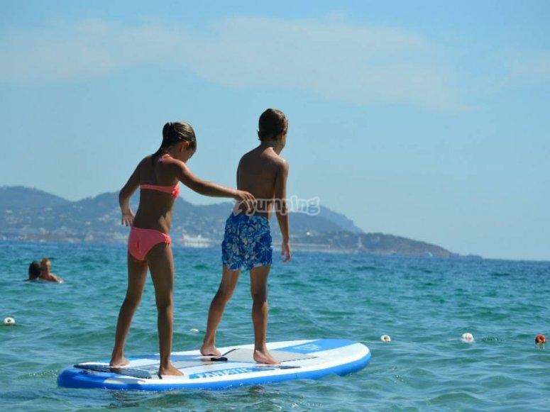 disfrutando de las costas de ibiza en paddle surf