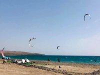 Cometas de kitesurf sobre la playa