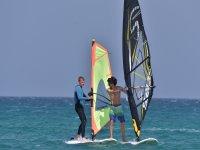 Amigos practicanod paddel surf