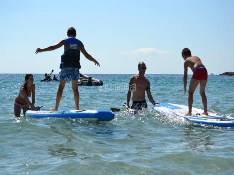 disfrutando del alquiler de equipo de paddle surf en ibiza