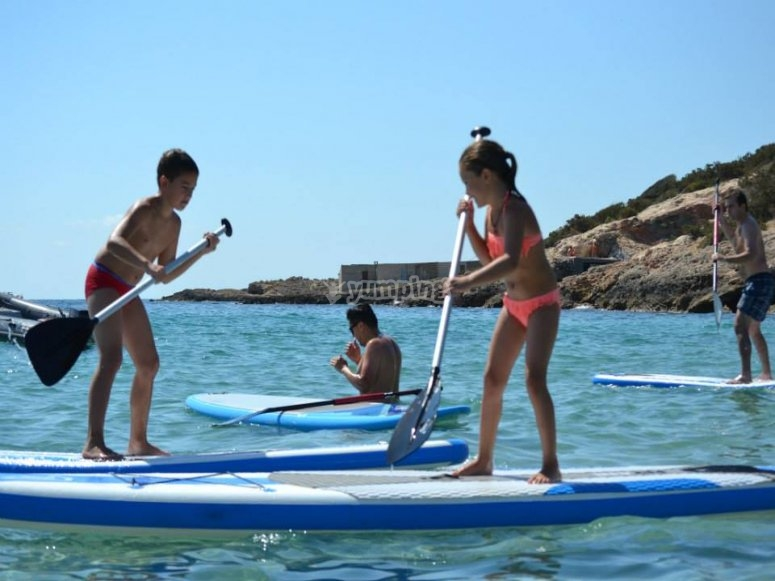practicando paddle surf en ibiza