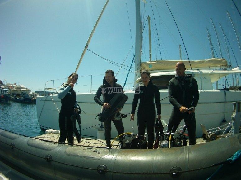 水下相机上的小船去浮潜
