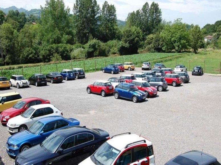 Amplio aparcamiento para coches