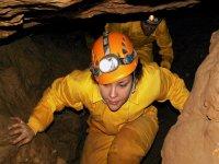 con las linternas encendidas dentro de la cueva