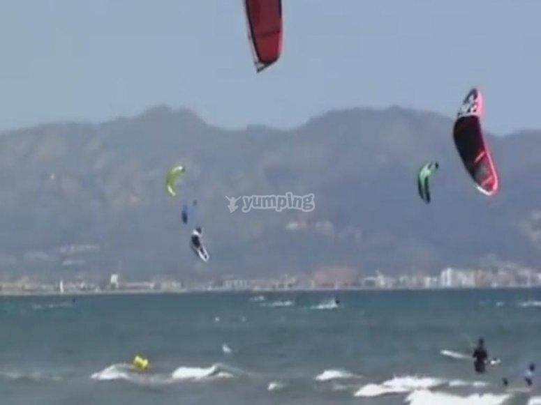 Haciendo kitesurf en Gran Canarias
