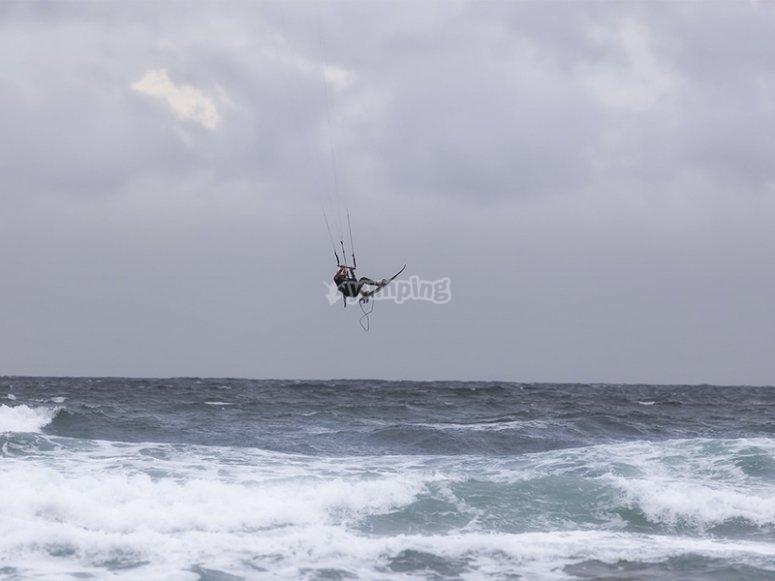 Practicando kitesurf en Maspalomas