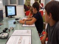 Niños en clase de robótica