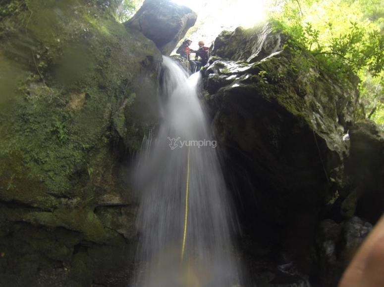 Bajada de la cascada en el barranco
