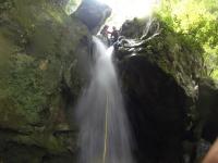 barranco bajo cascada