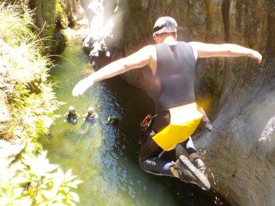马尔贝拉附近的瓜达米纳的峡谷的下降