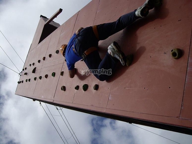 escalando torre exterior