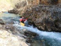 Kayak entre las aguas bravas del rio