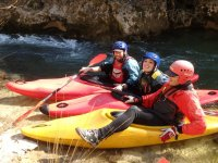 Sentados en los kayaks en la roca