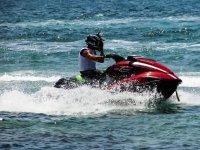 Con un casco sulla moto d'acqua