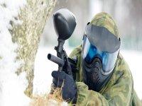 在雪的迷彩漆弹运动与200个球在Cerdanya