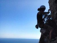 practicando escalada en los montes de ibiza