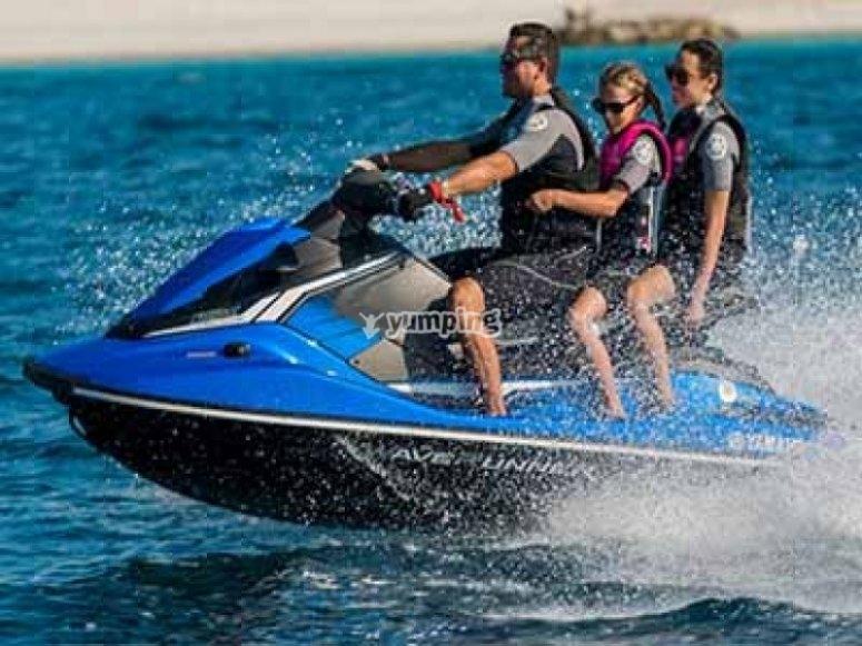 在家人的水上摩托艇上