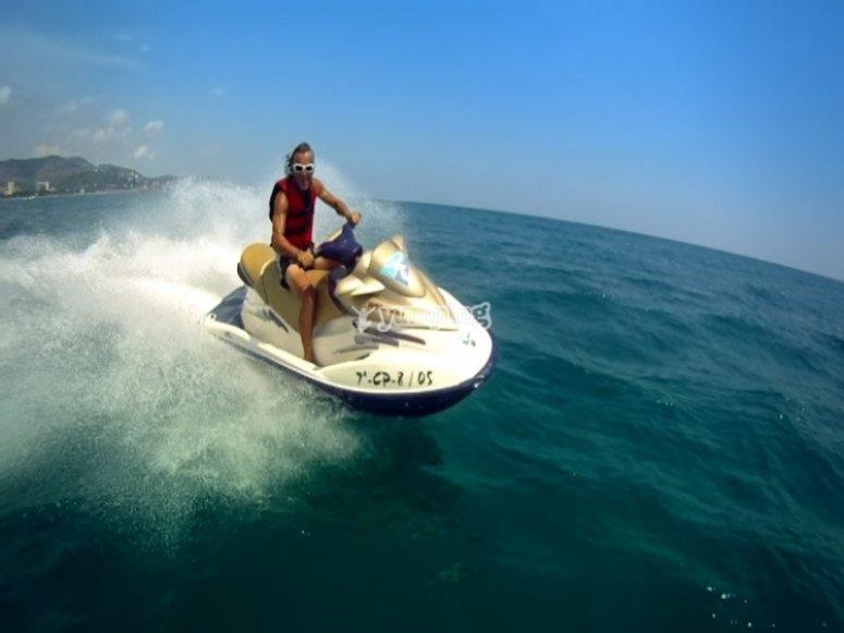 在水上摩托艇上驾驶