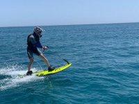 Surca las aguas alicantinas con una tabla de surf a motor