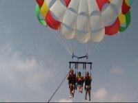 Familia en el parasailing