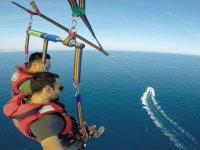 滑翔伞飞行在海上
