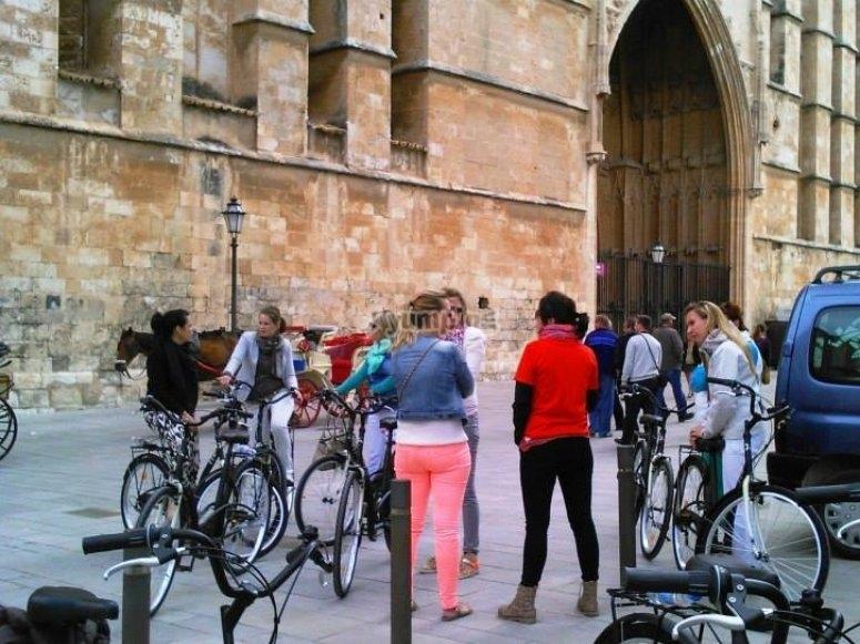 女孩拿着自行车骑自行车上的长廊