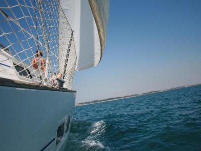 Giro in barca a vela attraverso Cadice, tutto l'anno 4 ore