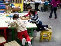 儿童玩棋盘游戏