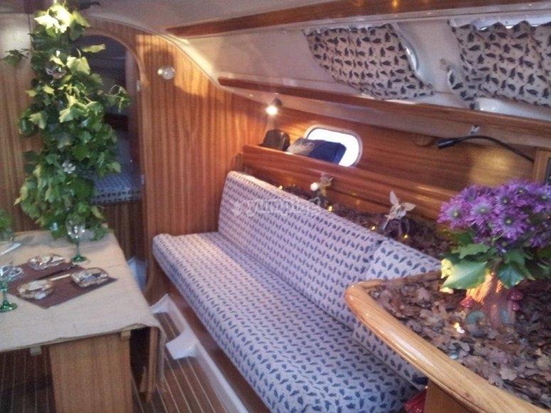 Interno della barca a vela con divano