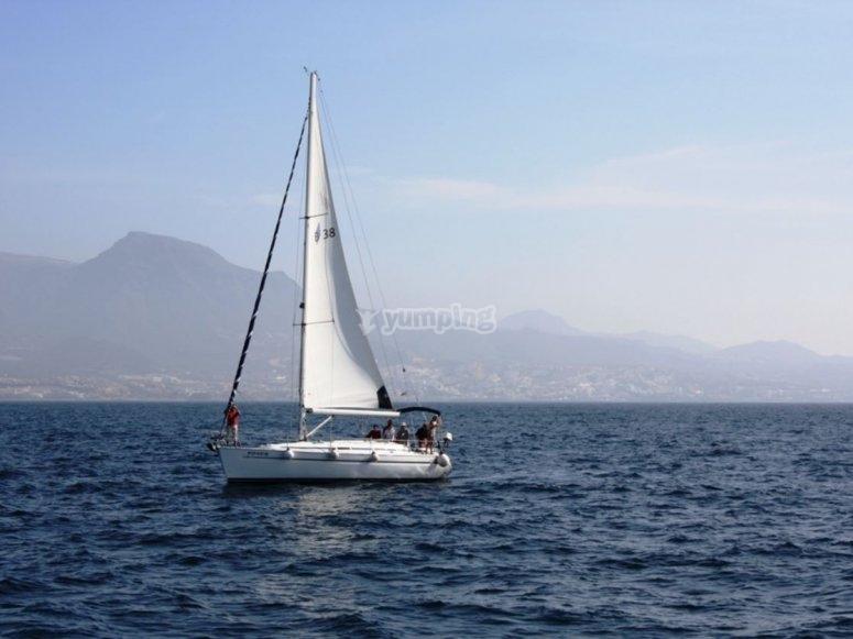 Barca a vela sotto la vela